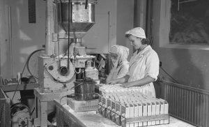 Naiset pakkaavat OTK:n teknokemiallisen tehtaan Pyki-pyykinpesuainetta v.1943.