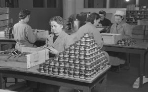 Nimikkeitä liimataan kenkävoidepurkkeihin OTK:N teknokemiallisella tehtaalla v.1944.