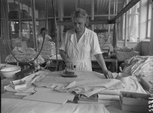 OTK:n Paitatehdas, sisäkuvat, paitojen silitystä v.1953.