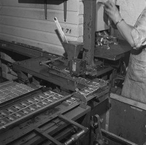 OTK:n tulitikkutehdas, sisäkuvat, pakkauskoneita v.1954.