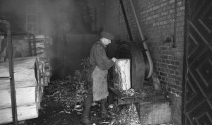 OTK:n tulitikkutehdas, sisäkuvat, pöllien kuorintakone v.1946.