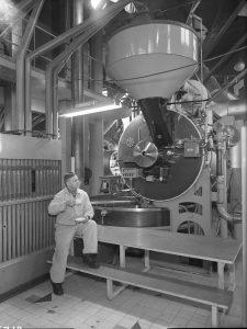 OTK:n Kahvinpaahtimo, sisäkuvat, automaattinen paahdinkone v. 1955.