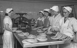 OTK:n Lihatehdas Vaasassa, makkaroiden valmistusta vuonna 1950. Kuva: Atte Hyvärinen.