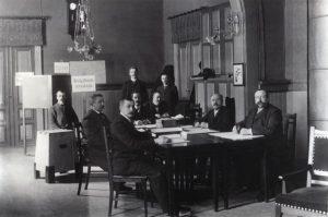 Vaalilautakunta Vaasassa vuonna 1907. Kansan Arkisto.