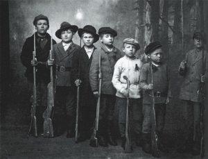Lapset_sodassa_KA_kuva_Pikkupunakaartilaisia_Kymi