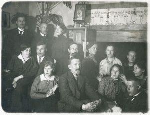 Tampereen työväenyhdistyksen jäseniä 1910-luvulla kuvattuna. Pekka Lönngren kesk. rivissä toinen vasemmalta, Varma mahdollisesti hänen alapuolellaan.